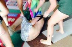 小三女子被扒衣围殴引众人围观